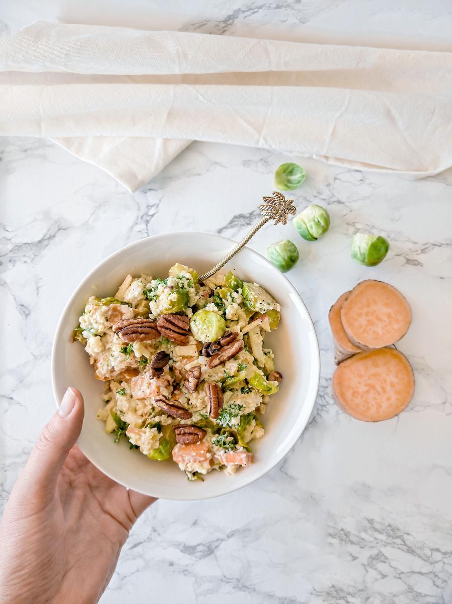 lunch salade met spruitjes, zoete aardappel en geitenkaas